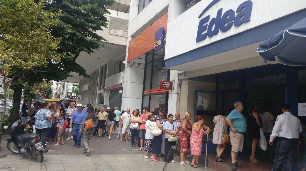LARGAS FILAS EN EL ÚNICO CENTRO DE ATENCIÓN AL USUARIO DE EDEA S.A.