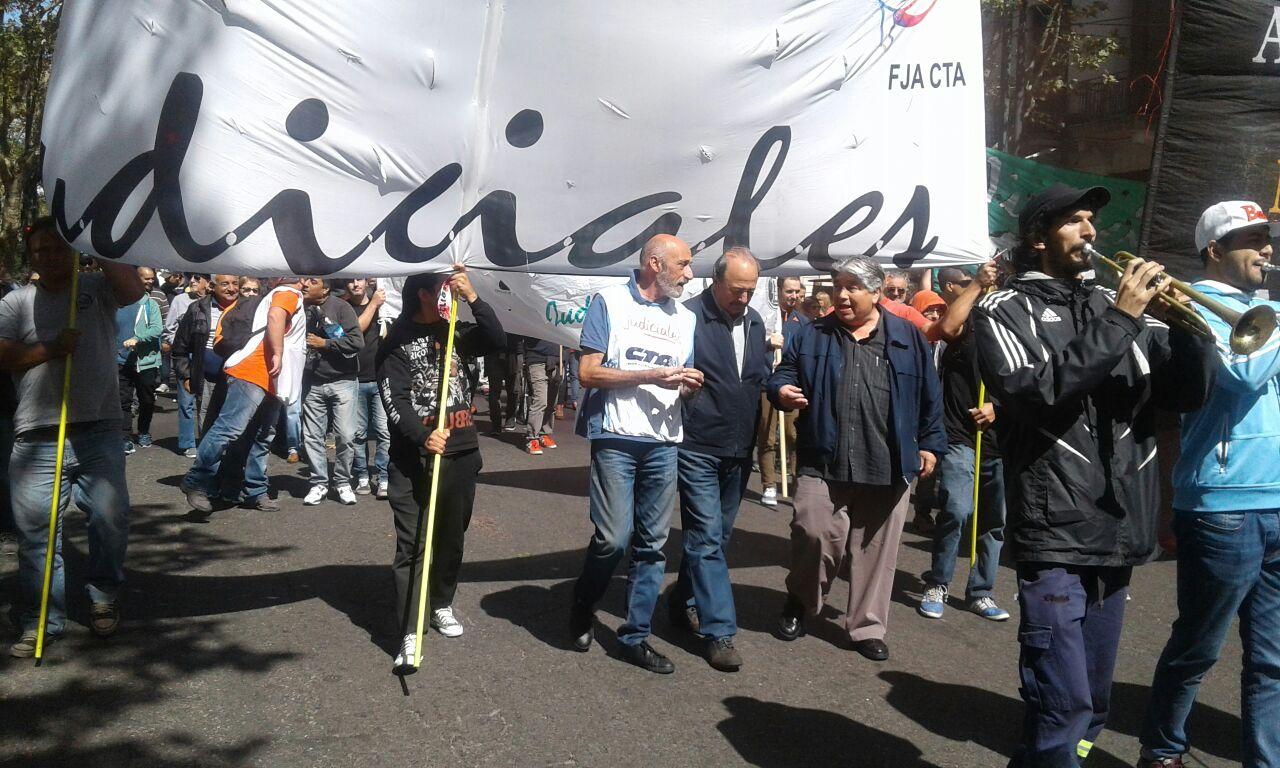 JOSÉ RIGANE ACOMPAÑÓ LA MARCHA DE TRABAJADORES PROVINCIALES EN LA PLATA